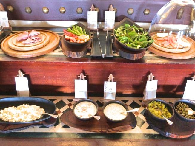 アルマハのレストラン朝食ビュッフェの内容:ハム、生野菜