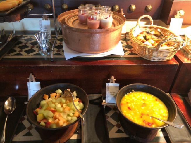 アルマハのレストラン朝食ビュッフェの内容:ヨーグルトとフルーツカクテル