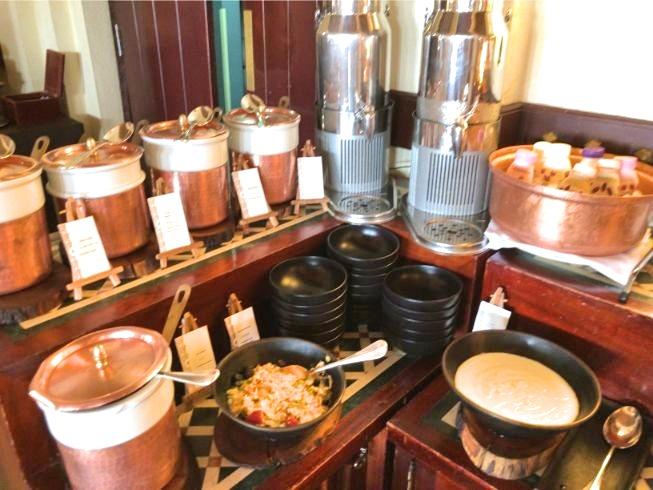 アルマハのレストラン朝食ビュッフェの内容:シリアルとラクダミルク