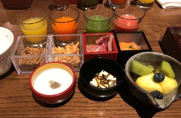 翠嵐の朝食の選べる前菜を全部並べた画像