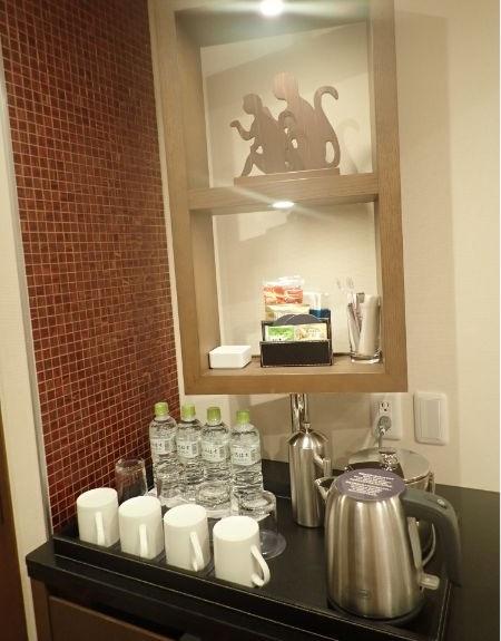 シェラトングランデトーキョーベイのパークビュー4ベッドルームの水4本とコーヒーセット