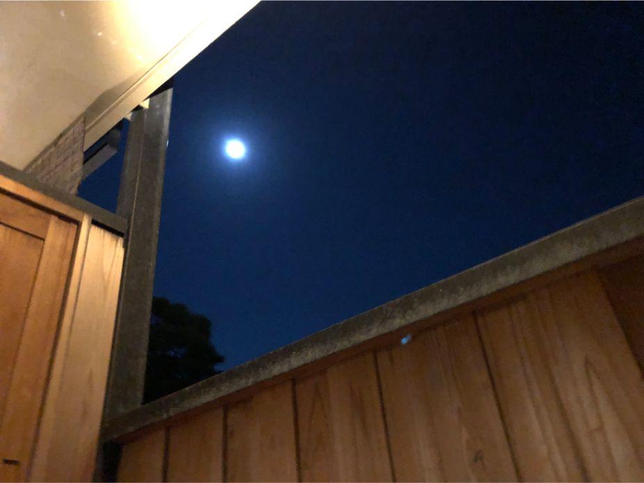 渡月スイートの露天風呂からの月夜