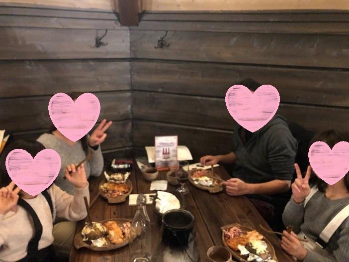 ロヴァニィ号の食事会場で家族写真