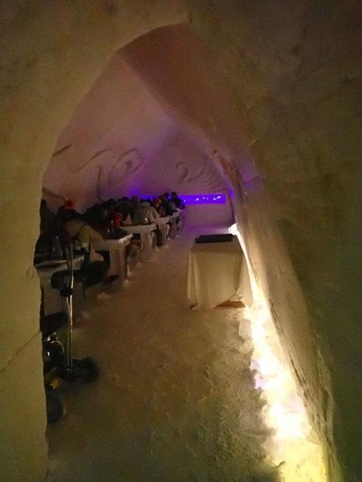 アイスホテルの中の食事風景