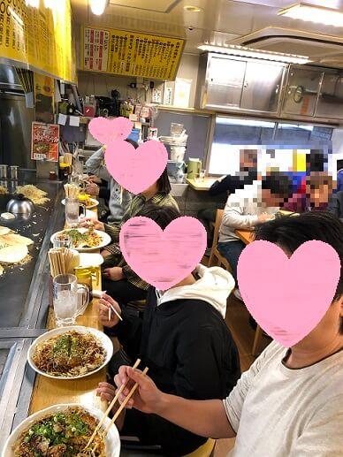 広島のお好み焼きを食べている画像