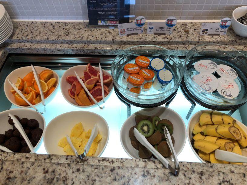 シェラトン広島ラウンジ朝食の果物とヨーグルト