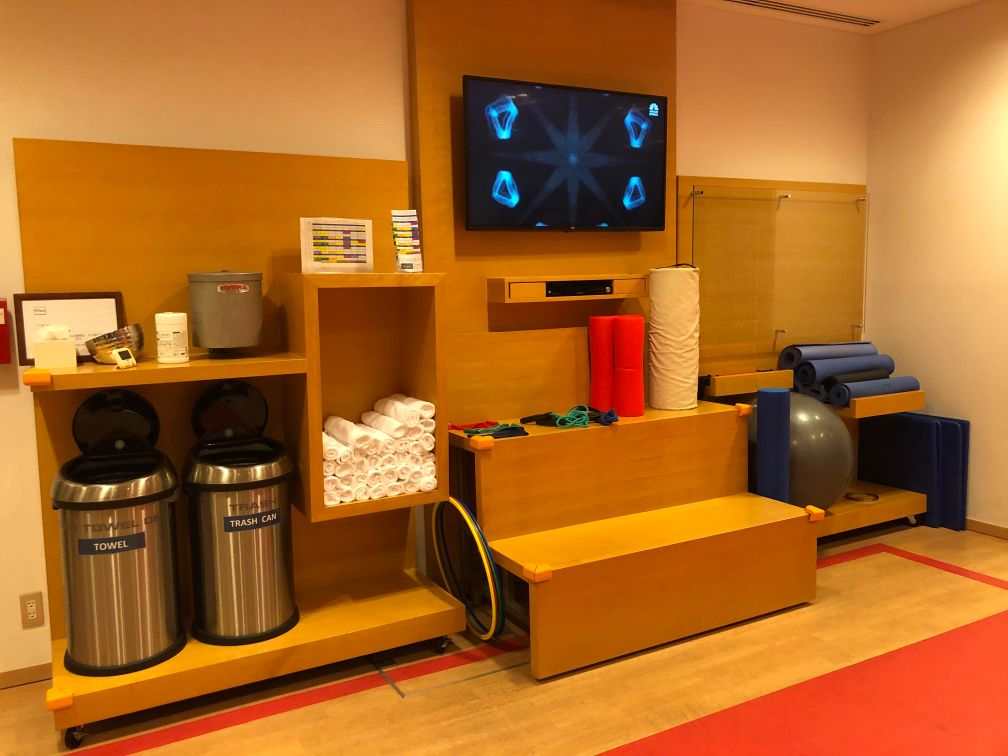 フィットネスのTVと水やタオルなど備品