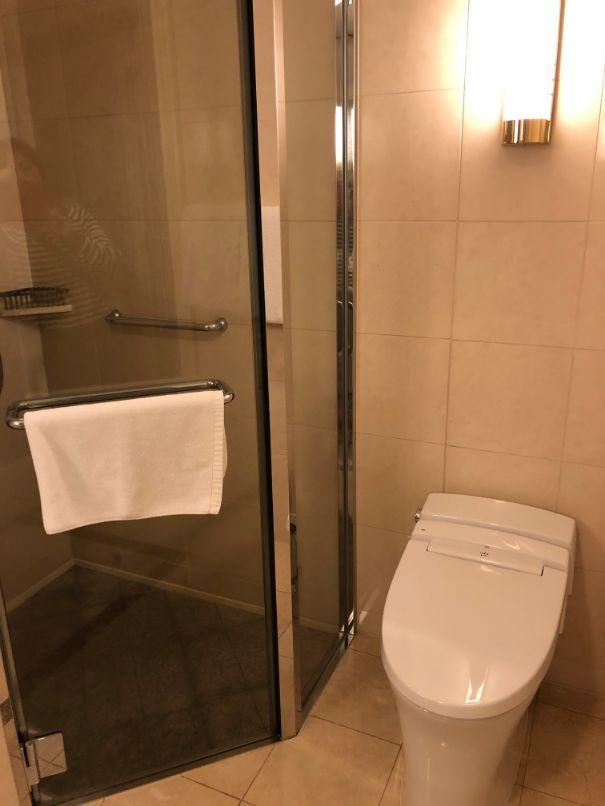 シャワールームとトイレ