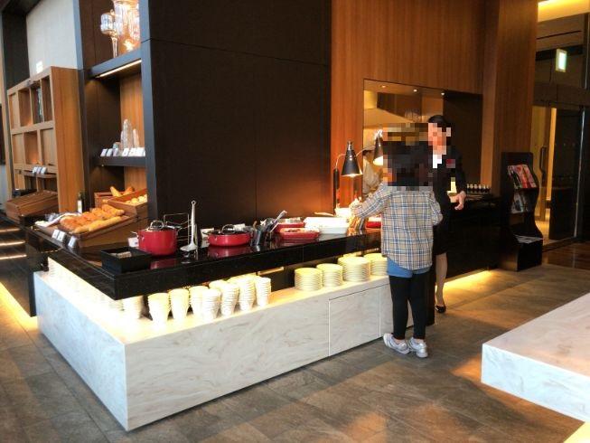 ラウンジ朝食のビュッフェ台