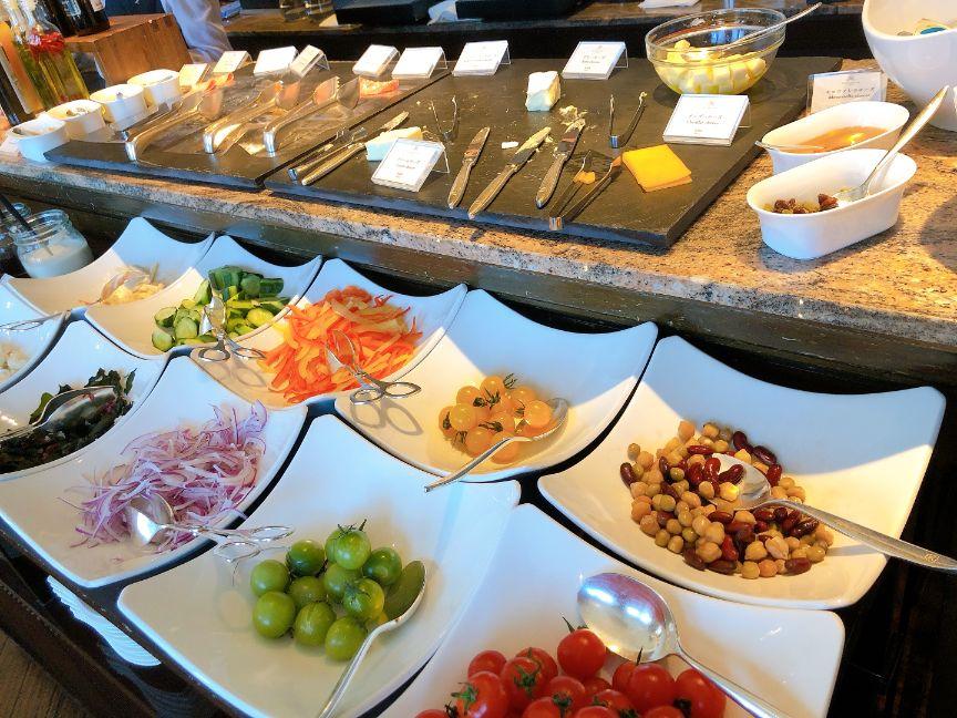 セントレジス朝食バイキングのチーズ類とサラダ