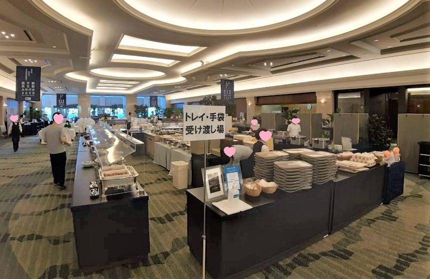コンベンションセンターの朝食会場ビュッフェ台