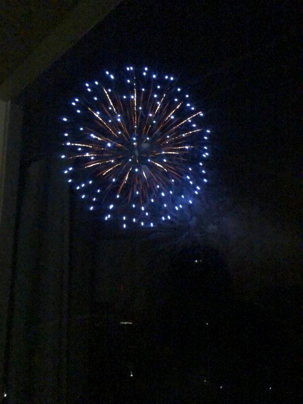 部屋から見える花火