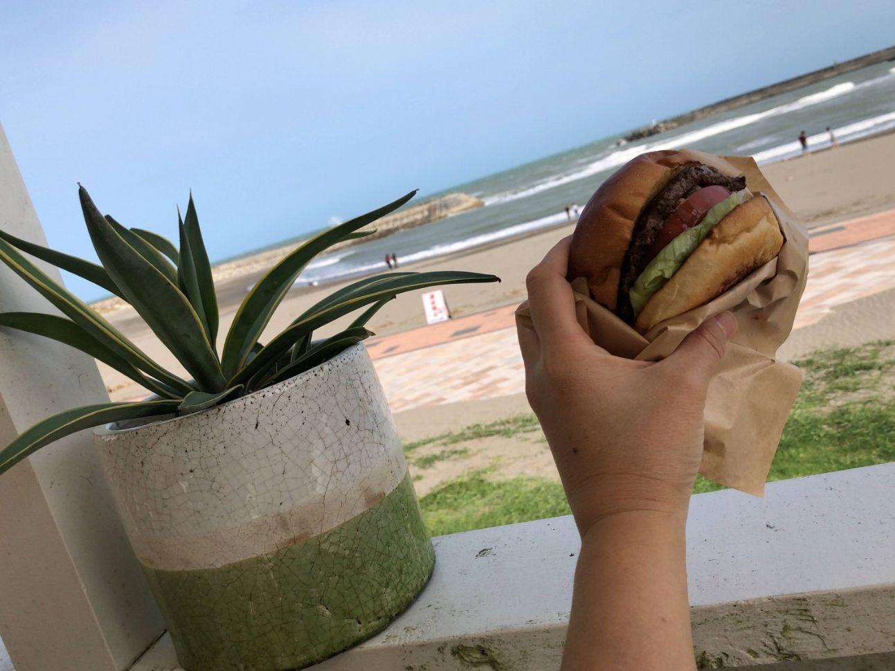 海辺でハンバーガー